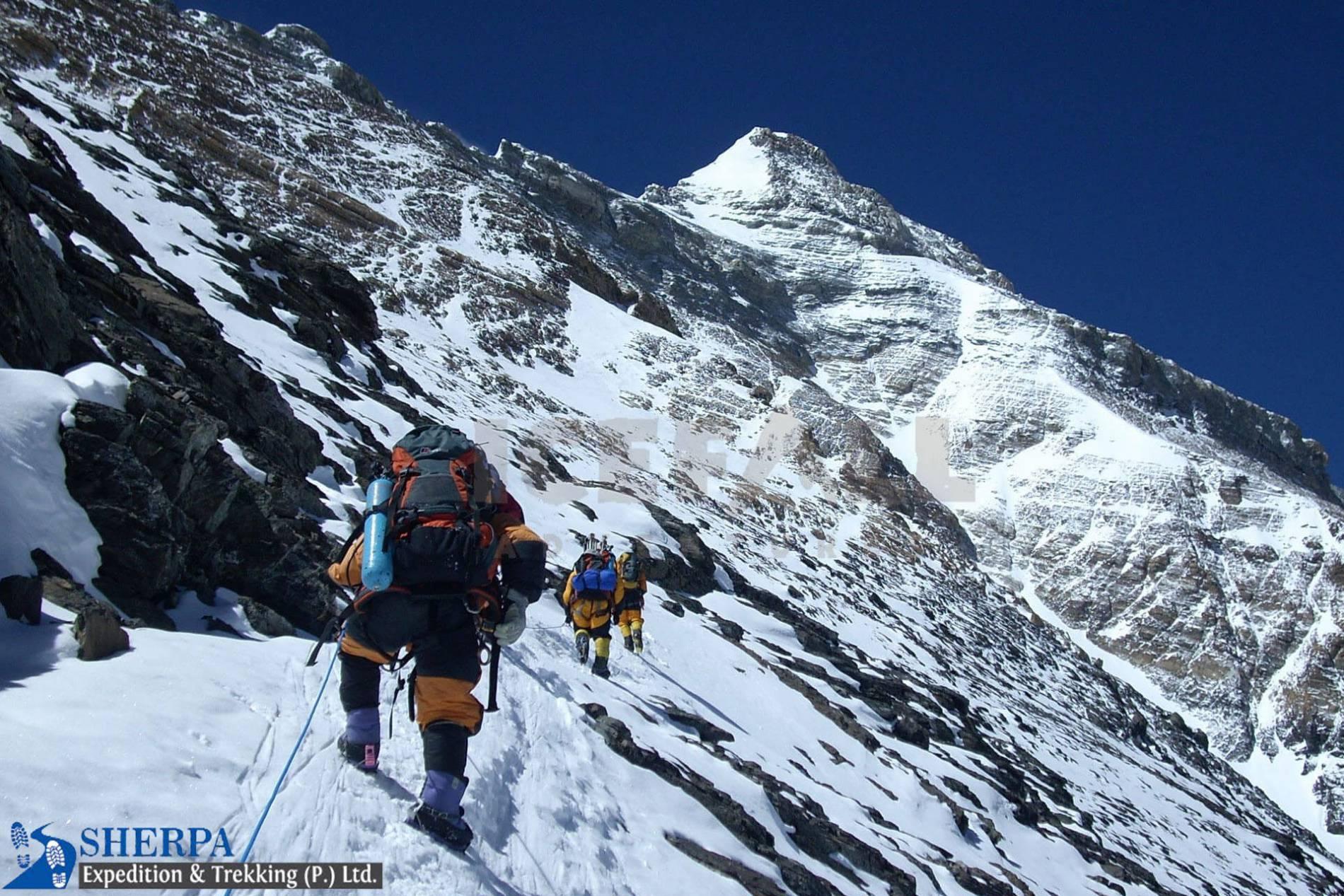 LOBUCHE PEAK CLIMBING 6,119 M/(20,075 FT)